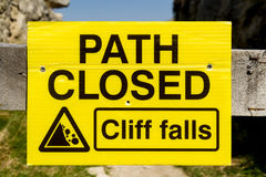 Trajeto fechado, sinal de Cliff Falls Fotografia de Stock