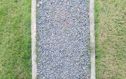Trajeto feito da pedra da construção entre gramas no jardim, vista superior Imagem de Stock