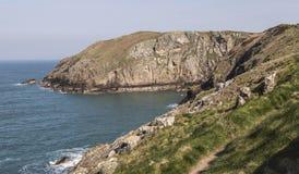Trajeto litoral na igreja do ` s de St Patrick em Anglesey norte, Gales, Reino Unido fotos de stock