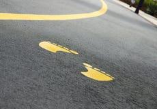Trajeto pedestre com pés pintados Foto de Stock