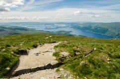 Trajeto que conduz à parte superior de Ben Lomond em um dia ensolarado Loch Lomo Imagem de Stock Royalty Free