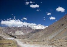 Trajeto que conduz às montanhas com neve Imagens de Stock