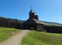 Trajeto que conduz a uma igreja de madeira velha - forte Ross, Califórnia fotografia de stock royalty free