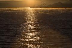 Trajeto solar no mar em um nascer do sol Imagem de Stock