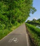 Trajeto vazio do ciclismo ao longo do Naviglio Pavese, canal que estica para 30km de Pavia a Milão, Itália Foto de Stock Royalty Free