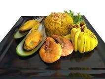 Trajetos de grampeamento, arroz fritado do marisco da vista superior com camarão, mexilhão grande e calamar no prato fotografia de stock royalty free