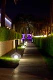 Trajetos de passeio com iluminação da noite no hotel do território Fotografia de Stock Royalty Free
