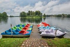 Trakai湖美好的晚上夏天风景和游船临近木码头 湖和风雨如磐的天空,特拉凯,立陶宛 免版税库存照片