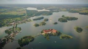 Trakai öslott och stad på sommardag royaltyfria bilder
