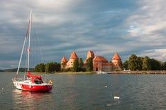 Trakai öslott på sjön Galve Royaltyfri Fotografi
