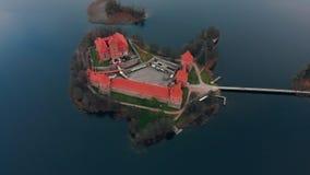Trakai, Литва, вид с воздуха над замком острова Trakai, озером осени видеоматериал