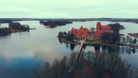 Trakai, Литва, вид с воздуха над замком острова Trakai, озером осени акции видеоматериалы