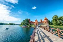 TRAKAI, ЛИТВА - 10-ОЕ ИЮЛЯ 2017: Замок города посещения туристов T Стоковое Изображение RF