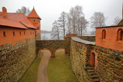TRAKAI, ЛИТВА - 1-ОЕ ЯНВАРЯ 2017: Замок Trakai построенный на острове озера Galve около Вильнюса Стоковое Изображение RF