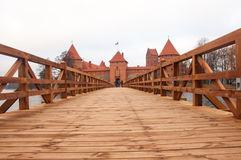 Trakai by av Karaites, Litauen, Europa Litauisk gränsmärke i sen höst Bron till museet för Trakai halvöslott på Royaltyfri Bild