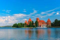 Trakai-Insel-Schloss am Sommertag lizenzfreie stockfotos