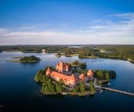 Trakai kasztel z jeziorem i lasem w tle Lithuania obrazy stock