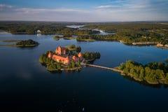 Trakai kasztel z jeziorem i lasem w tle Lithuania fotografia royalty free