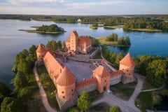 Trakai kasztel z jeziorem i lasem w tle Lithuania fotografia stock