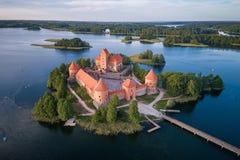 Trakai kasztel z jeziorem i lasem w tle Lithuania obraz stock