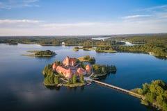 Trakai kasztel z jeziorem i lasem w tle Lithuania obrazy royalty free