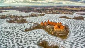 Trakai, Litauen: Draufsicht Luftwinter UAV, flache Lage des gotischen Insel-Schlosses und Stadt von Trakai lizenzfreie stockfotografie