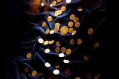 TRAKAI LITAUEN - JANUARI 02, 2013: Forntida medeltida guld- mynt i det historiska museet royaltyfria foton