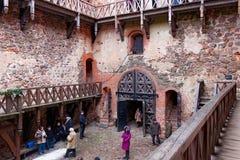 TRAKAI LITAUEN - JANUARI 02, 2013: Inre g?rd av den Trakai ?slotten royaltyfri foto