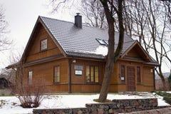 TRAKAI LITHUANIA, STYCZE?, - 02, 2013: Tradycyjni drewniani domy w centrum Trakai obraz stock