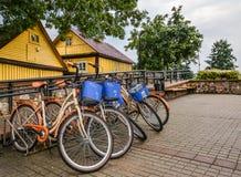 Trakai, Litouwen - Augustus 15, 2017: Kleurrijke en heldere fietsen bij parkinkg, beschikbaar voor huur Openbaar vervoerconcept Royalty-vrije Stock Fotografie