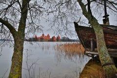 TRAKAI, LITUÂNIA: Castelo de Trakai construído em uma ilha do lago Galve perto de Vilnius fotografia de stock royalty free