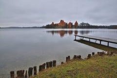 TRAKAI, LITUÂNIA: Castelo de Trakai construído em uma ilha do lago Galve perto de Vilnius imagens de stock royalty free