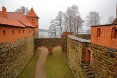TRAKAI, LITUÂNIA - 1º DE JANEIRO DE 2017: Castelo de Trakai construído em uma ilha do lago Galve perto de Vilnius imagem de stock royalty free