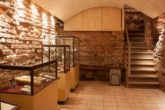 TRAKAI, LITU?NIA - 2 DE JANEIRO DE 2013: Interior do museu da arte sagrado imagens de stock