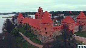Trakai, Lituania, visión aérea sobre el castillo de la isla de Trakai, lago del otoño metrajes