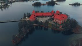 Trakai, Lituania, visión aérea sobre el castillo de la isla de Trakai, lago del otoño almacen de video