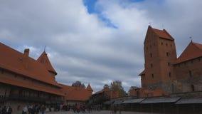 Trakai-Schloss auf den Seen wird durch Hunderte von den Tausenden Touristen jedes Jahr besucht stock footage