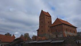 Trakai-Schloss auf den Seen wird durch Hunderte von den Tausenden Touristen jedes Jahr besucht stock video footage