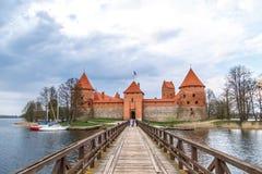 Trakai slottsikt med bron Arkivbilder