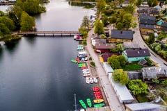 Trakai-Stadt nahe See lizenzfreie stockbilder