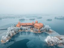 Trakai wyspy Grodowi i mroźni drzewa, Lithuania zdjęcia stock