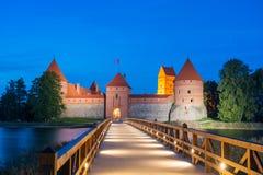 Trakaikasteel bij nacht - Eilandkasteel in Trakai Stock Foto's