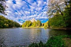 Trakoscan湖和城堡在小山 免版税库存图片