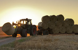 Traktor在领域的工作 免版税库存图片