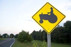 Traktor-Überfahrt-Zeichen Stockbilder