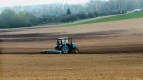 Traktor вспахивает землю весной акции видеоматериалы