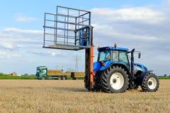 Traktor agrícola con las fianzas del heno Imágenes de archivo libres de regalías