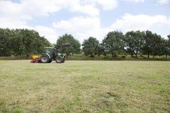 Traktor-Antriebe auf Weide lizenzfreies stockfoto