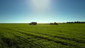 Traktor-Antriebe zum Zisternen-LKW, zum von Chemikalien auf grünem Feld zu füllen stock video footage
