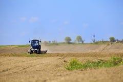 Traktor arbeitet auf dem Gebiet Lizenzfreies Stockbild